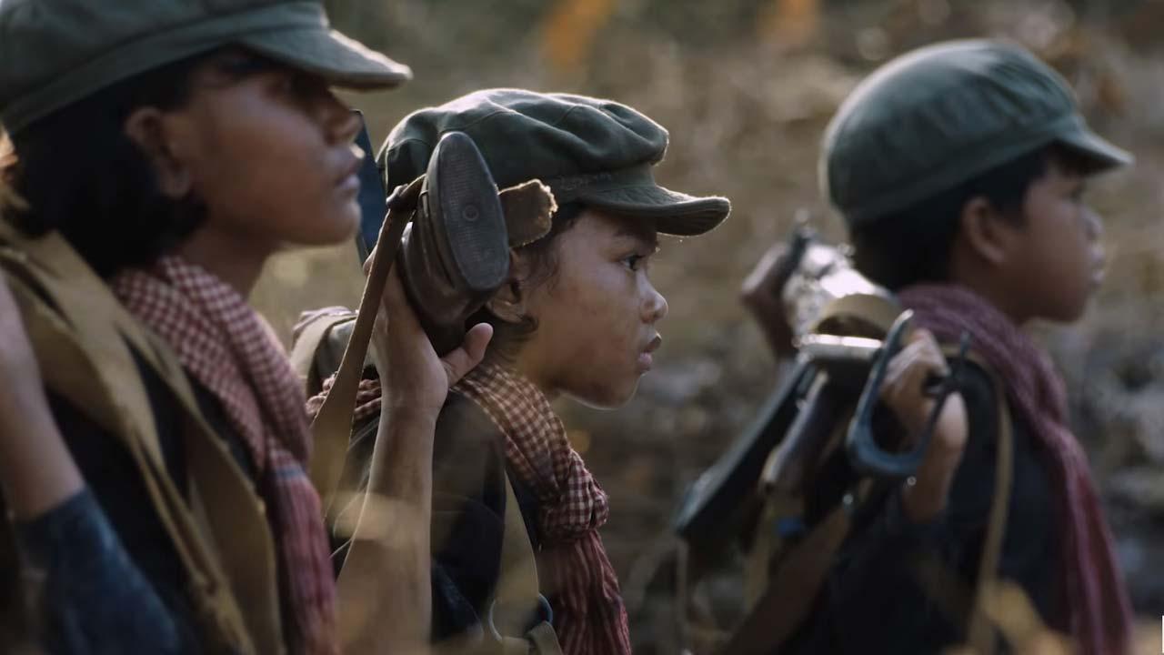 """فیلم First They Killed My Father اول پدرم را کشتند باید گفت از چشم دختری خردسال به نام """"لونگ آونگ"""" روایت میشود که پس از گذشت سالیان از هرج و مرج و کشتار کامبوج کتاب سرگذشتش را در سال ۲۰۰۰ به نام """"اول پدرم را کشتند: دختری از کامبوج به یاد می آورد"""" را منتشر کرد."""