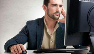 خیره شدن بیش از حد به کامپیوتر سبب فشار به چشم می شود