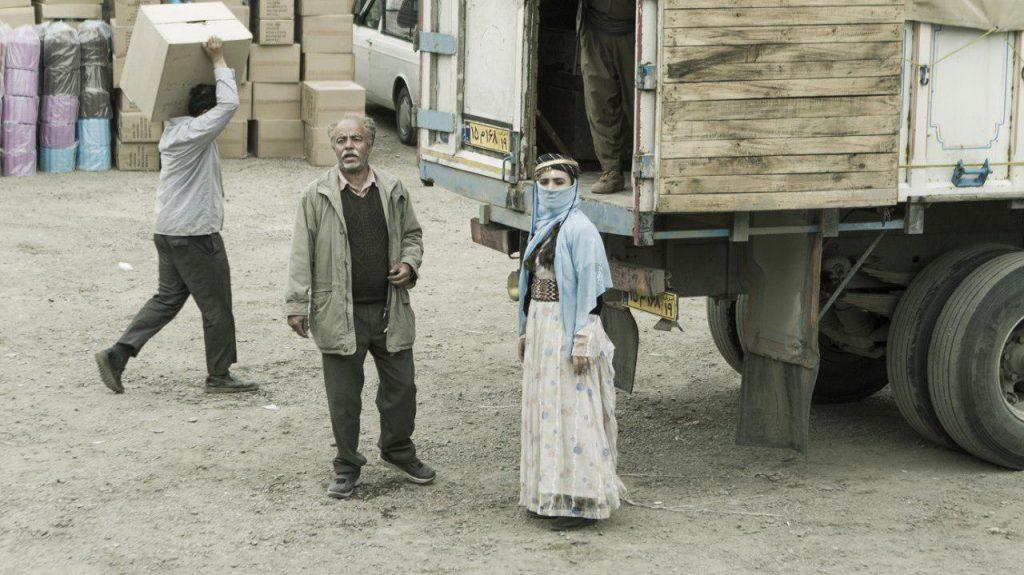 تحلیل فیلم کامیون به کارگردانی کامپوزیا پرتوی، زنی با روبندهی آبی