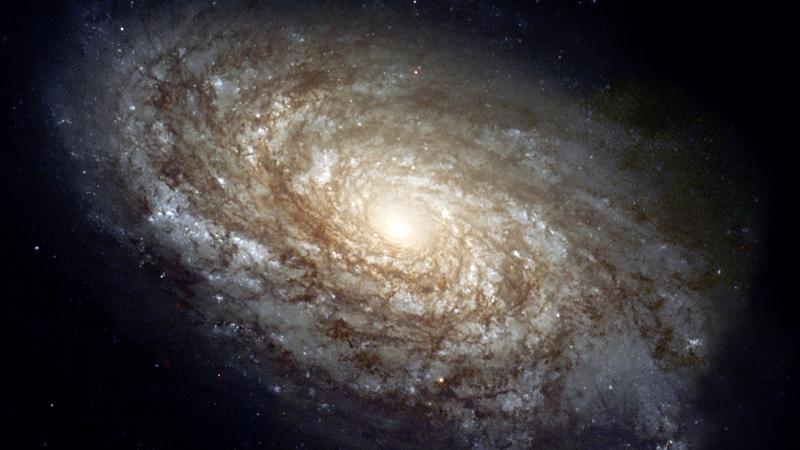 این تصویر کهکشان راه شیری نیست بلکه شبیه آن است. این در واقع تصویر NGC 4414، یک کهکشان حلزونی معمولی در صورت فلکی گیسو (Coma Berenices) است که حدود 55000 سال نوری قطر، و حدود 60 میلیون سال نوری با زمین فاصله دارد.