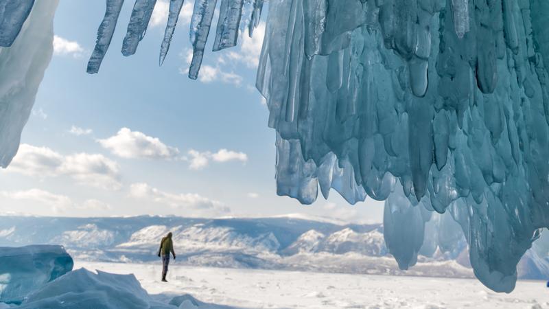 دریاچه یخ زده بایکال در فصل زمستان