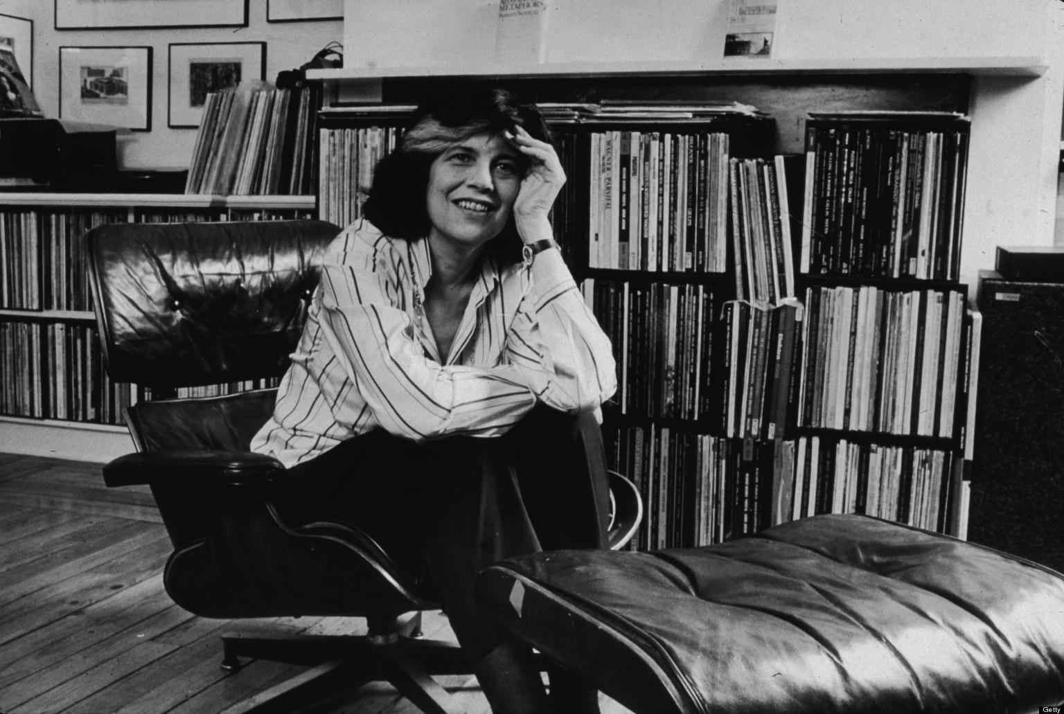 سوزان سانتاگ نویسنده، نظریه پرداز ادبی، فعال سیاسی و اجتماعی و یکی از برجسته ترین چهرههای روشنفکری قرن بیستم است. او که ملیت آمریکایی دارد در تاریخ ۱۶ ژانویهی ۱۹۳۳ در نیویورک متولد شد و در تاریخ ۲۸ دسامبر ۲۰۰۴ در همان جا درگذشت