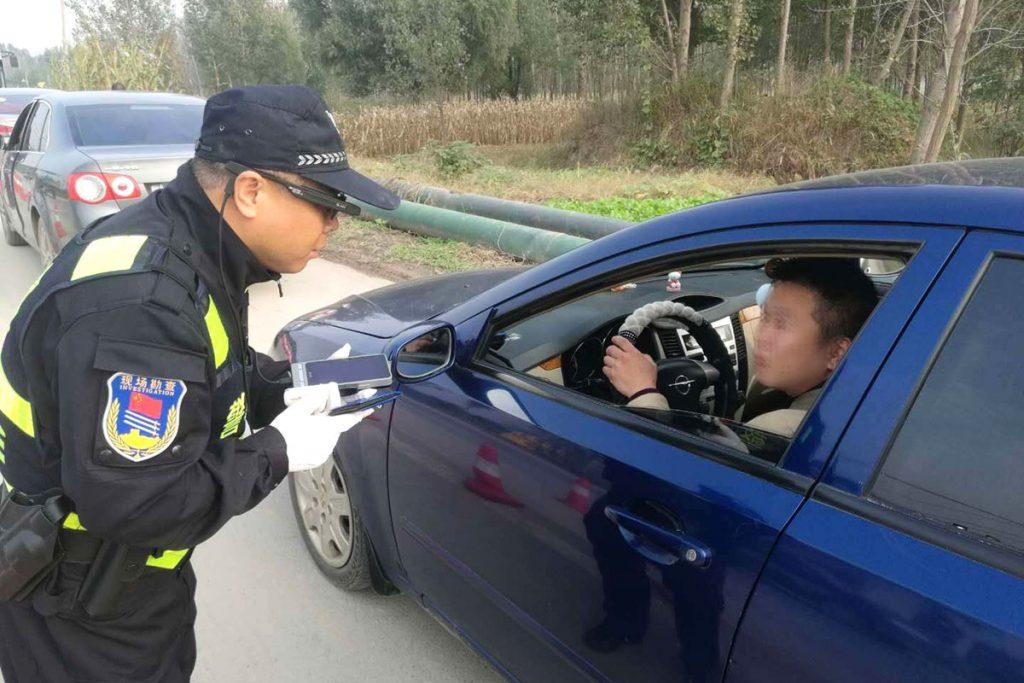 پلیس چین از عینک هوشمند با قابلیت تشخیص چهره برای شناسایی مجرمین استفاده میکند!!