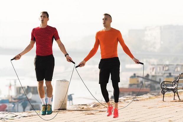 هر نرمش یا ورزشی که انجام میدهید سعی کنید چند دقیقهای را به طناب زدن اختصاص دهید.