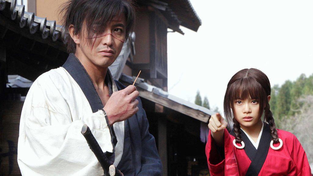 Blade of the Immortal نماد بارز تجاری سازی سینما به سبک بومیِ ژاپنی است. داستانی که میتواند جذاب باشد و سرشار از المانهایی است که مختص همان منطقه هستند و با هوشمندی به گفتمانی جهانی تبدیل شده است تا برای مخاطب جهانی فیلم نیز دلپزیر باشد.