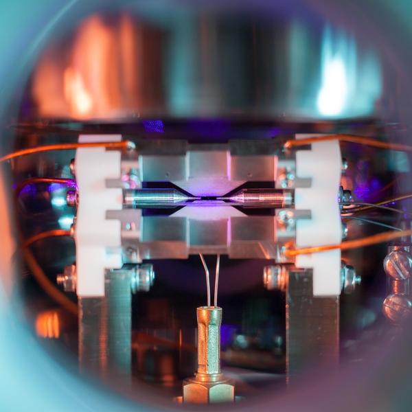این تصویر تک اتم (Single Atom) برنده جایزه بهترین عکس علمی سال در انگلستان شد!!
