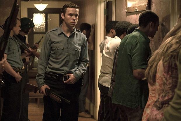 فیلم Detroit بر خلاف قاعده کلاسیک، فیلمی داستان گون نیست و داستان تعریف نمیکند. اما سخنش را در قالب فرمیاش اگرچه الکن اما بیان میکند.