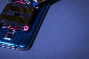 به کمک این شارژ بی سیم لیزری می توانید گوشی تان را در سراسر اتاق شارژ کنید!