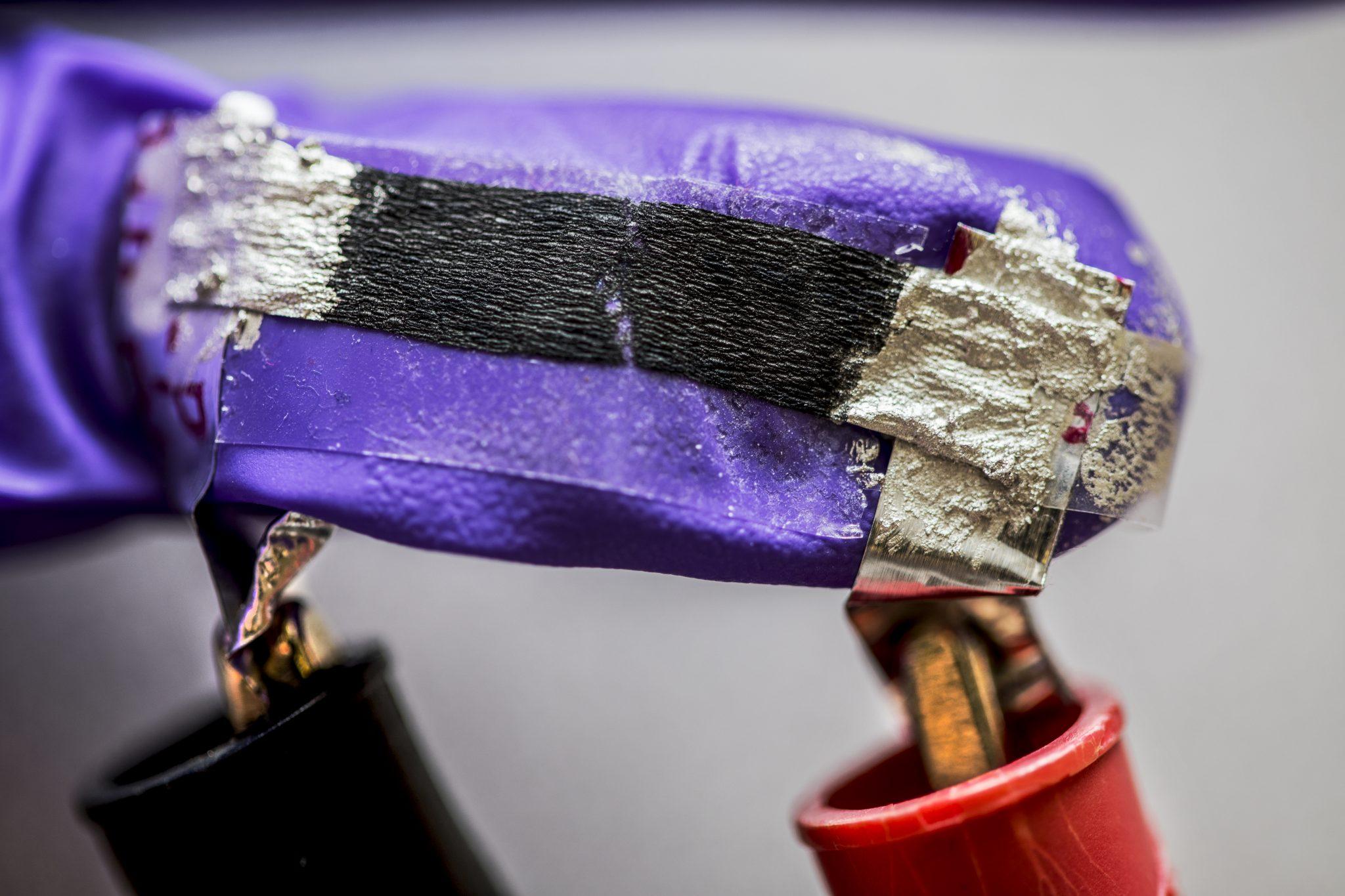 این سنسور کاغذی از نانولوله های کربنی ساخته شده و حرکات چشم را دنبال می کند!!