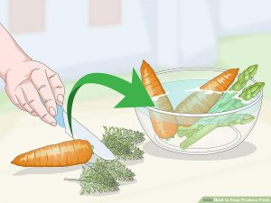 ساقه مارچوبه و برگ هویج را خرد و سپس آن ها را در داخل یک ظرف بزرگ آب قرار دهید.