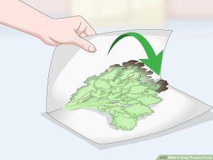 برگ سبزیجات را آبکشی نمایید و آن ها را در یک حوله کاغذ یا پارچه قرار دهید.