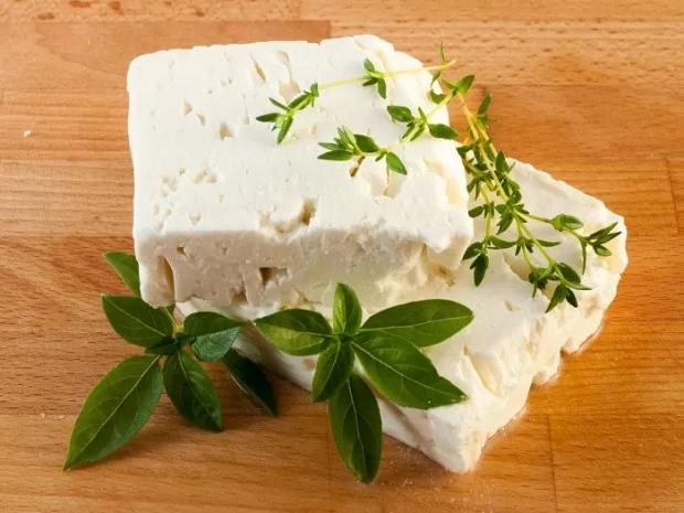 کلسیم به میزان بالایی در پنیر فتا یافت میشود