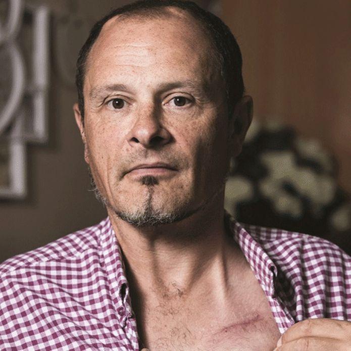 مت ایگلز با زخمی روی سینه و دو زخم روی سر به واسطه ی ایمپلنت