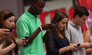 کاری که گوشی های هوشمند با مغزتان انجام می دهند اصلا خوب نیست