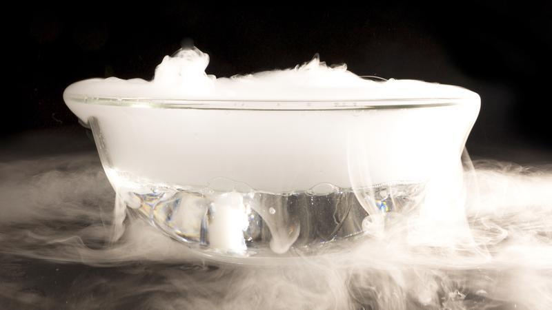 در نقطه سه گانه یک ماده همزمان مایع، جامد و گاز است