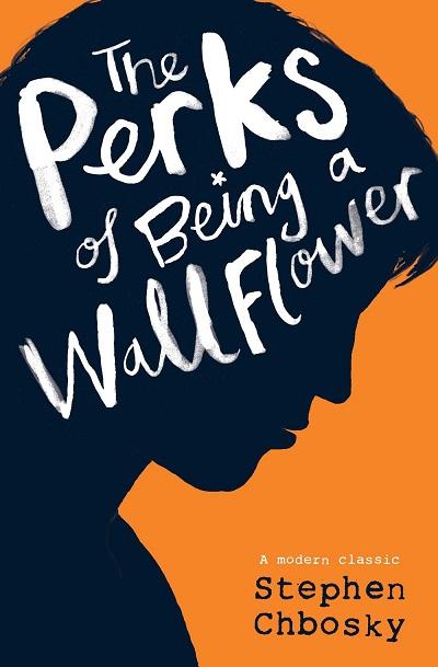 رمان The Perks of Being a Wallflower در قالب نامههای متعدد نوشته شده است. چارلی نوجوانی درون گرا است. او برای دوستی نامههایی مینویسد. و در آن خصوصی ترین جزییات زندگی خود و آدمهای زندگیش را شرح میدهد.