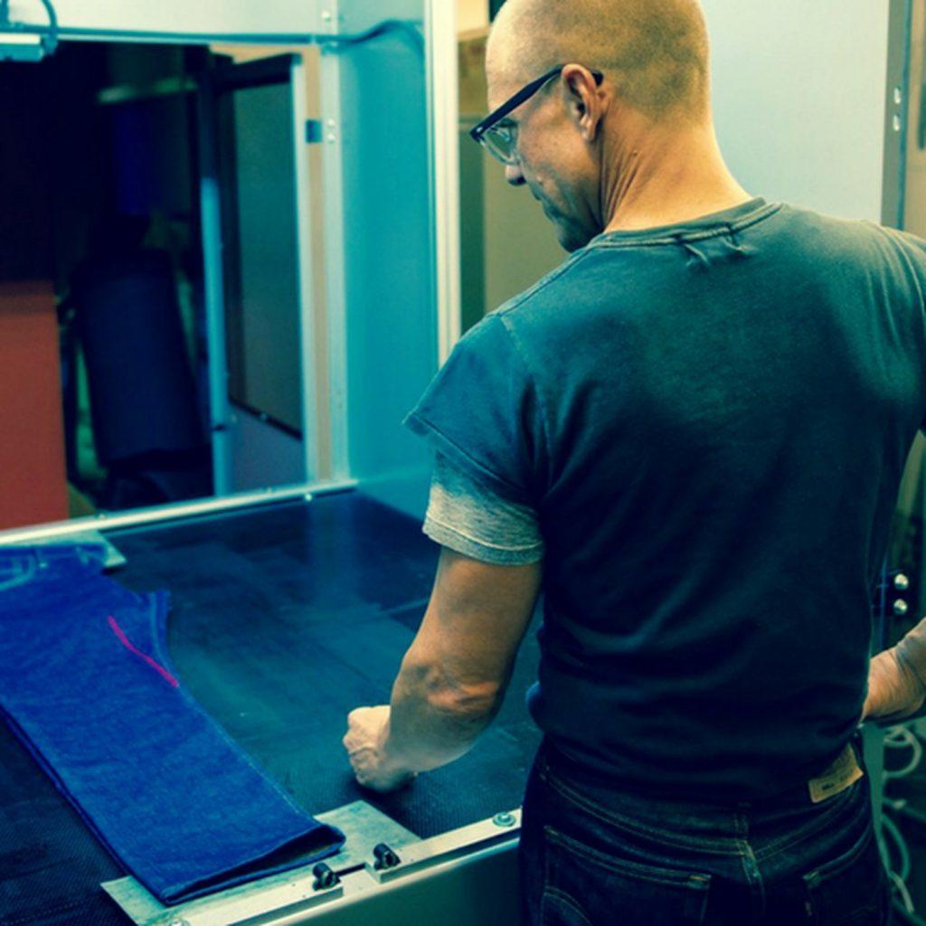 شرکت Levi برای طراحی فشن روی شلوارهای جین از لیزر استفاده می کند!