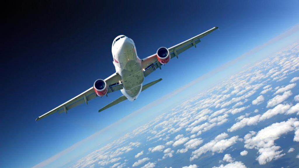 به نظر شما، یک هواپیما در پرواز به سمت غرب سریعتر حرکت می کند یا در پرواز به سمت شرق؟!
