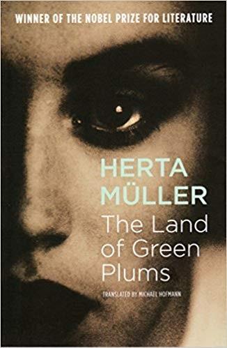 هرتا مولر در سرزمین گوجه های سبز فضای اغراق گونه رمان را با عناصر طبیعی، اجتماعی و سیاست میسازد. به تصویر کشیدن فضایی متعفن از دیگر لایههای رمان نویسی به سبک رئالیسم جادویی است.