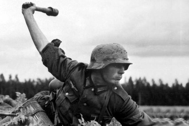 سرباز آلمانی در حال پرتاب نارنجک