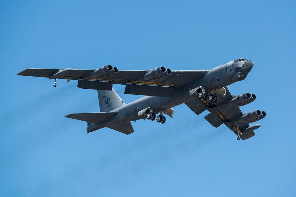 تیک آف یک هواپیمای B-52H Stratofortress پس از خارج شدن از ذخیره سازی طولانی مدت در پایگاه هوایی Davis-Monthan در تاریخ 13 فوریه ی 2015