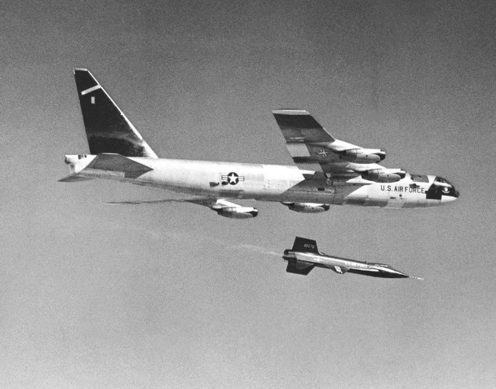 راکت X-15 جدا شده از زیر بال هواپیمای NB-52A Stratofortress در سال 1959