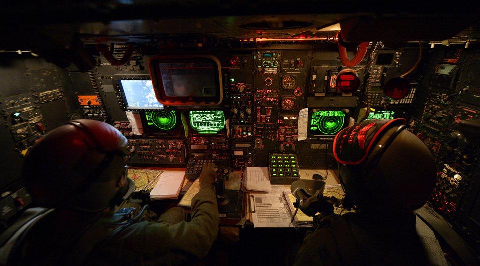 دو ناوبر هواپیمای B-52 در حین پرواز آموزشی در سال 2013