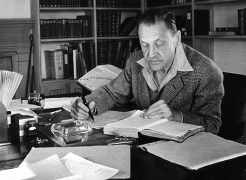 سامرست موام از نویسندگانی بود که همانقدر که به نوشتن علاقه داشت به یادگیری و آموزش دیدن نیز علاقه مند بود.