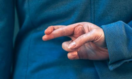 دروغ آبی! چیزی که باعث می شود افراد سیاست مدار با متوسل شدن به آن با مردم صحبت کنند