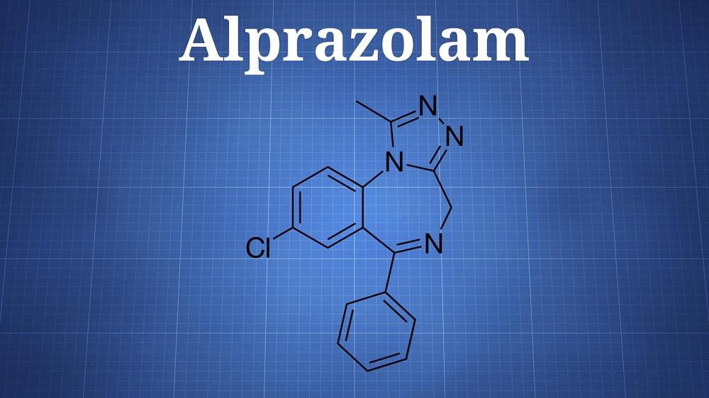 آلپرازولام علاوه بر درمان افسردگی برای درمانهایی در جهت کنترل آگونپوشی یا آگورافوبیا (ترس از فضای باز) و سندرم پیش از قاعدگی نیز مورد استفاده قرار میگیرد.