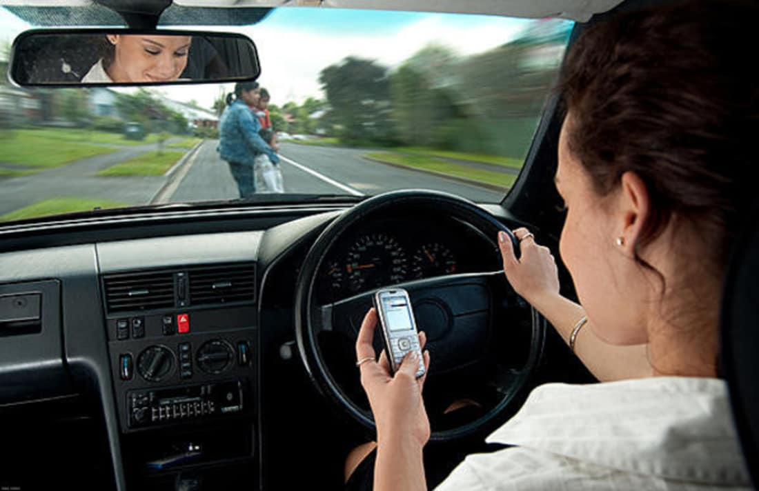 رانندگان با استفاده از تلفن همراه، آگاهانه خطر را نادیده می گیرند