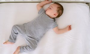 اهمیت خوابیدن کودک تا یک سالگی در اتاق والدین