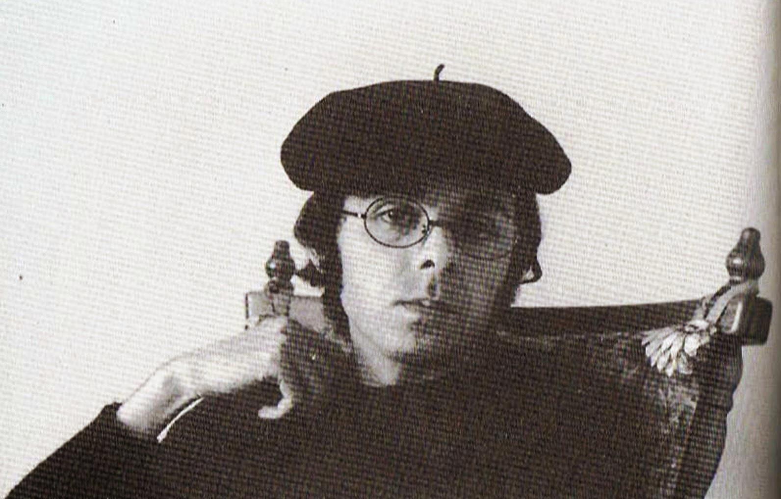 شهید ثالث در ۷ تیرماه ۱۳۲۲در تهران متولد شد و بین سالهای ۱۹۶۳ تا ۱۹۶۶ میلادی در شهر وین تحصیلات عالیهی خود را در رشتهی فیلم به پایان برد. وی فارغ التحصیل کنسرواتوار مستقل سینما در پاریس بود. فعالیت در سینما را از سال ۱۳۴۵ با ساخت فیلم کوتاه «آیا» آغاز کرد.