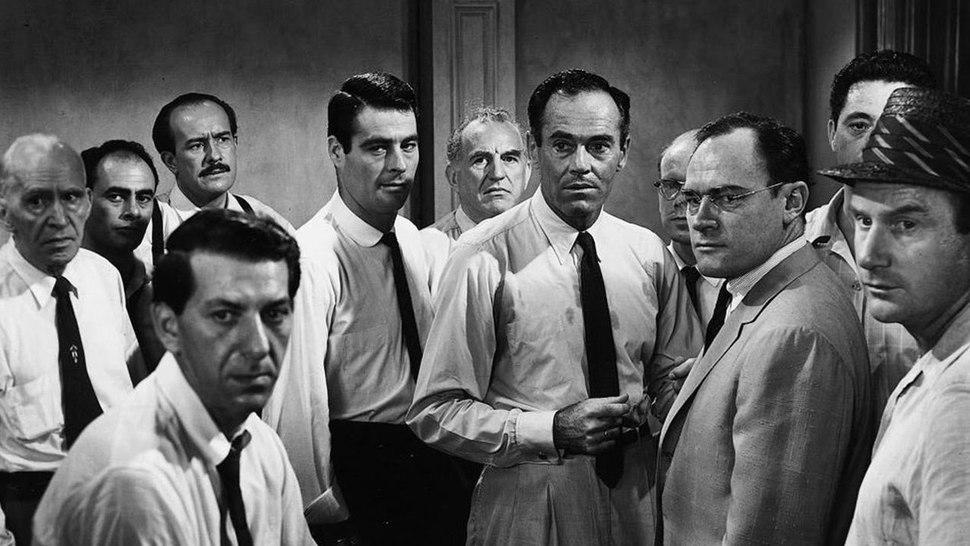 داستان فیلم ۱۲ Angry Men دربارهی یک هیئت منصفهی دوازده نفره است که باید برای مرگ یا زندگی پسر جوانی که تمامی شواهد نشان میدهد پدر خود را با چاقو به قتل رسانده است تصمیم بگیرند.