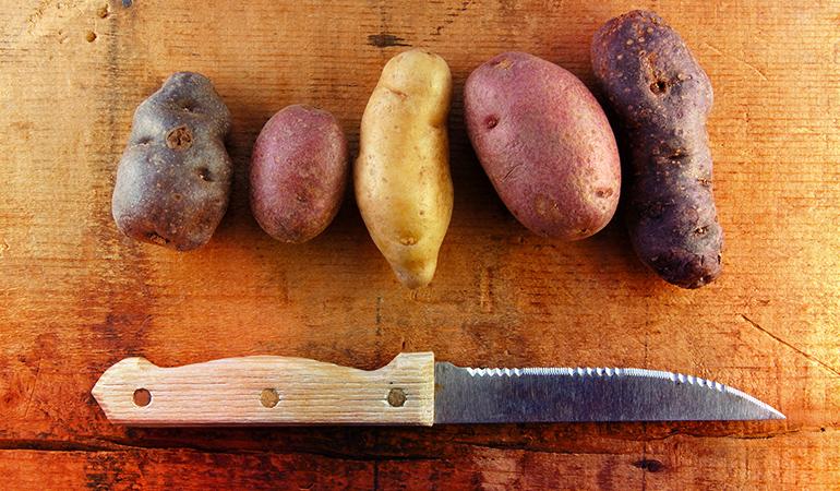 فوت و فن های آشپزی روش صحیح برش سیب زمینی برای ترد شدن بیشتر
