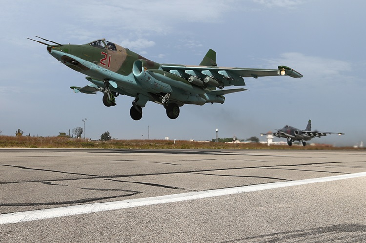 یک سوخو 25 درحال بلند شدن از پایگاه هوایی حمیمیم در سوریه در سال 2015