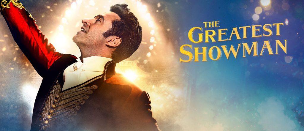 فیلم The Greatest Showman داستان بارنوم و شکستها و بلند پروازیها و لغزشها و موفقیت هایش را روایت میکند و از ابزار موسیقی به خوبی برای این کار استفاده میکند.