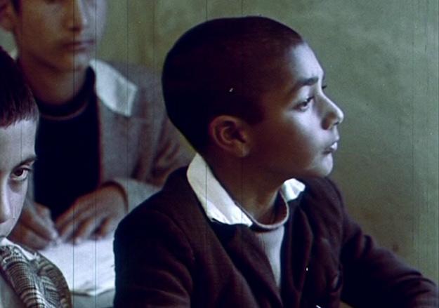 شهید ثالث یک اتفاق ساده را باشرف ترین فیلمی میداند که در تمام عمرش ساخته است که در آن هیچ اتفاقی نمیافتد و بزرگترین مصیبتی که به سر همهی ما آمده است، پیر شدن در بچگی را به تصویر میکشد.
