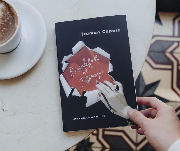 صبحانه در تیفانی توسط یک نویسندهی جوان و به صورت اول شخص روایت میشود. این نویسنده در ابتدای داستان با شخصی به نام جو بل که کافه داری در نیویورک است بعد از مدتها هم صحبت میشود.