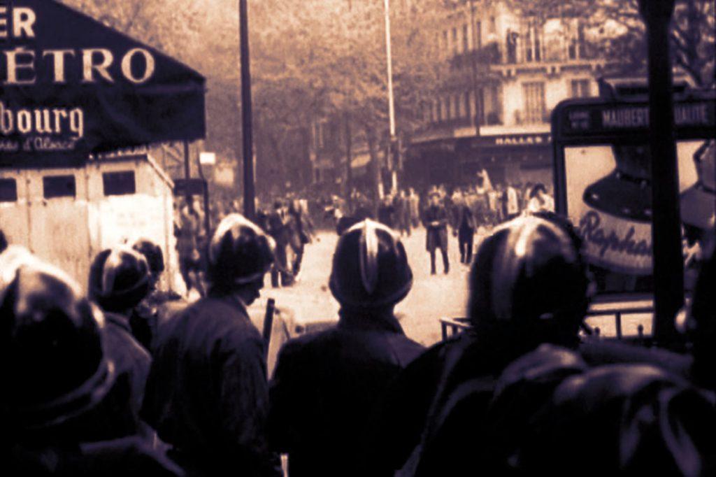 سکانسی از شورش های مه 68 فرانسه، در فیلم جامعه ی نمایش