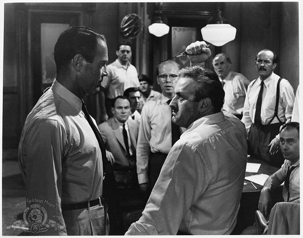 فیلم۱۲ Angry Men بازتاب کنندهی جامعهی دهه ۶۰ آمریکا و جوامع انسانی مدرن است.