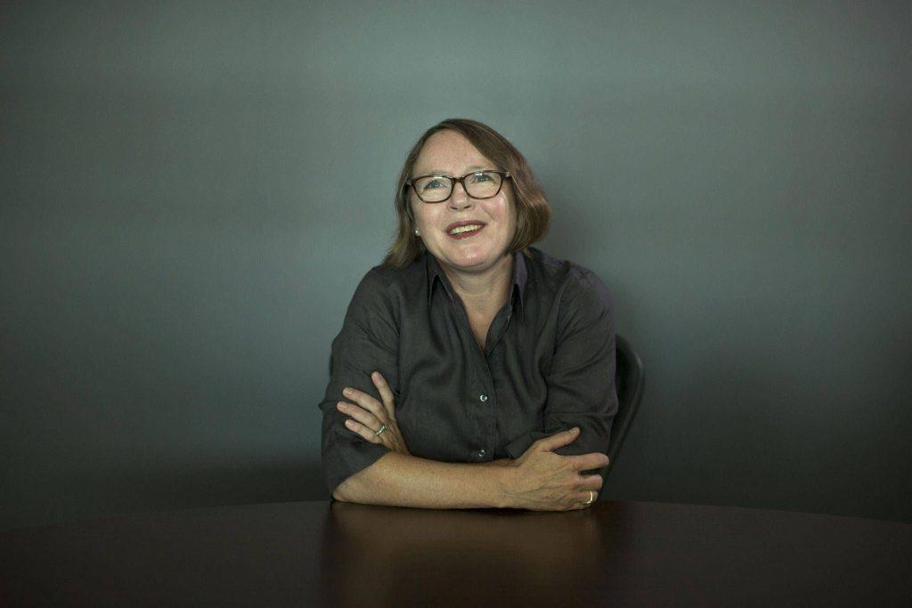 شاری لاپنا Shari Lapena نویسندهی کانادایی است. لاپنا قبل از ورود به حرفهی نویسندگی، وکیل و معلم زبان انگلیسی بوده است. وی از همان ابتدا که پا در عرصه نوشتن گذاشت مورد تعریف و تحسین منتقدان قرار گرفت.