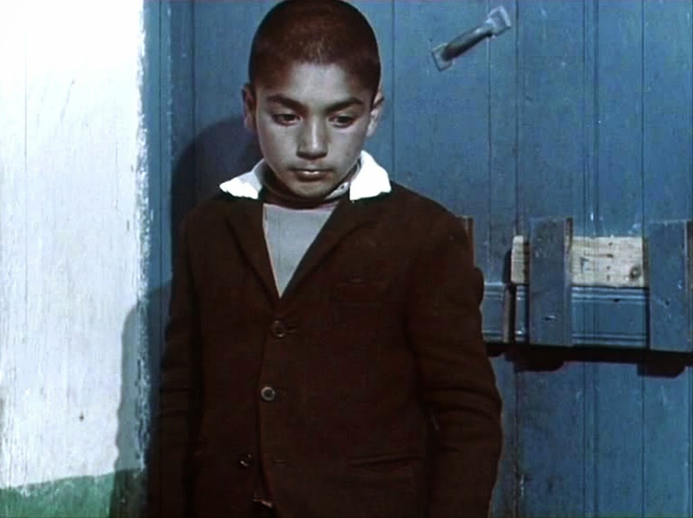 محمد زمانی در فیلم یک اتفاق ساده اثر سهراب شهید ثالث / پدر پسر از پیچ کوچه وارد میشود و سیگار را از دستش میگیرد و یک پس گردنی به پسر میزند و در ادامه خودش در پوششی ریاکارانه عینک تیرهای به چشم میزند و عصای سفیدش را در میآورد و در قالب فردی کور به همراه پسر به گدائی میپردازند.