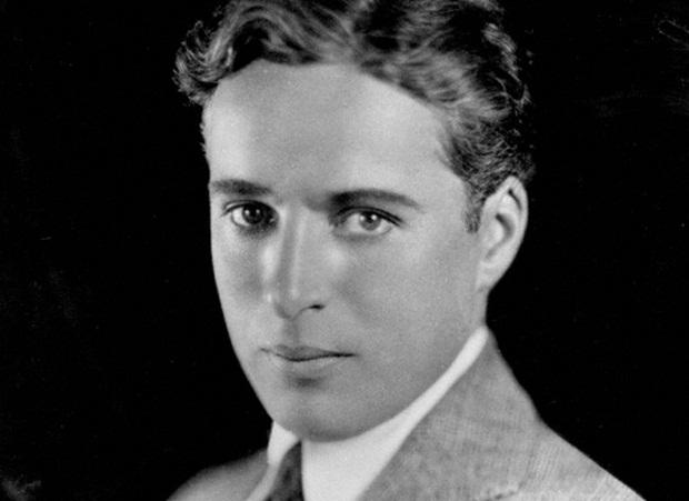 سِر چارلز اسپنسر چاپلین (به انگلیسی: Sir Charles Spencer Chaplin) (زادهٔ ۱۶ آوریل ۱۸۸۹ – درگذشتهٔ ۲۵ دسامبر ۱۹۷۷)
