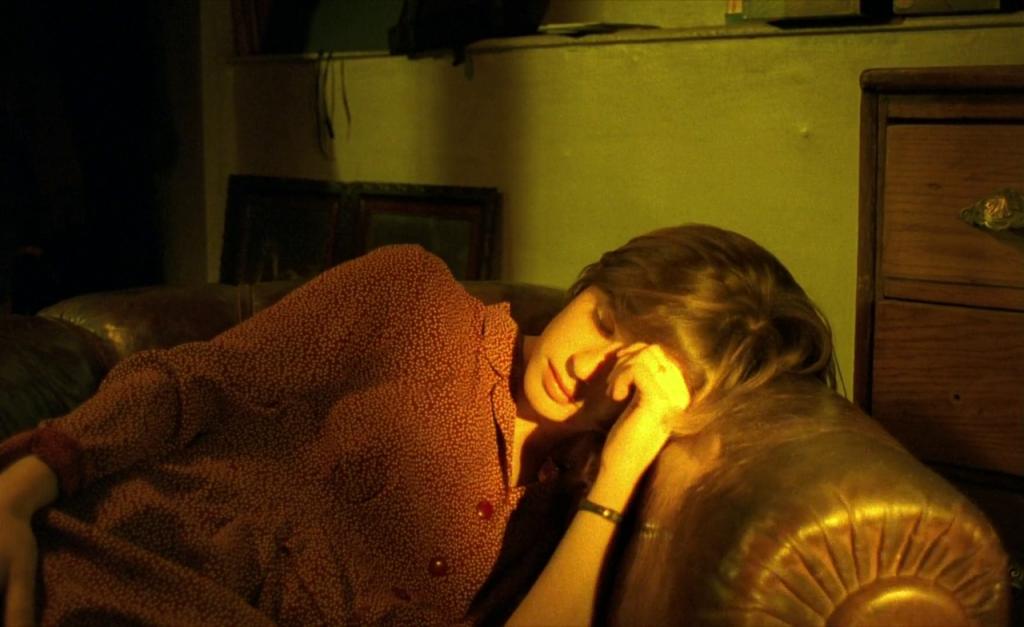 The Double Life of Veronique همراه با اتمسفر ماورائی موسیقی جاودانهی زبیگنف پرایزنر که برای اولین بار در سال ۱۹۹۱ به بازار آمد و توانست جایزهی صفحهی طلائی را در فرانسه بگیرد؛ به بار مینشیند و کامل میشود. ایرن ژاکوب برای بازی در این فیلم موفق شد جایزهی نخل طلای بهترین بازیگر نقش اول را از آن خود کند.