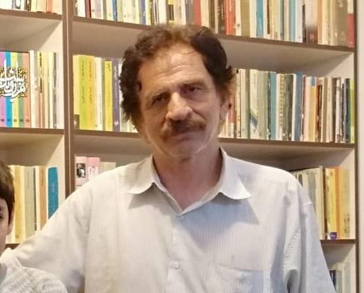 داستانهای داریوش احمدی بین خیال و وهم و زندگی واقعی روزمره در حال کشمکش هستند. قصه اهمیت بسیاری در داستانهای او دارد. گرچه به فرم و امکانات آن در داستان کوتاه توجه دارد. اما تاکید او به قصه گویی است به همین دلیل اکثر داستانهای او دارای توالی خطی و روایی هستند.