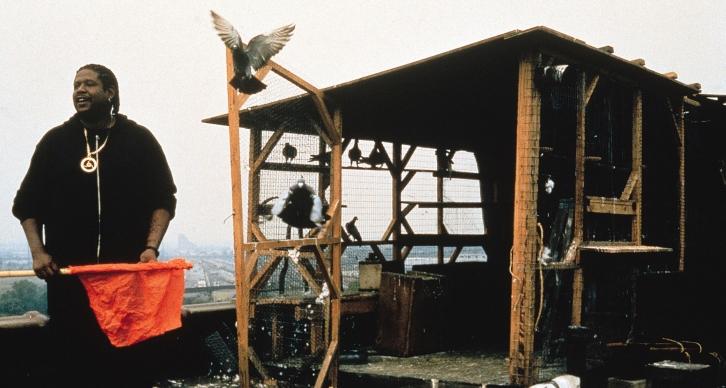 گوست داگ با بازی درخشان ویتاکر در بدنی سنگین و تنومند متبادر میشود که در لحظه، آمادهی هر نوع اتفاق از پیش تعیین نشده است و سریع و سبکبال مثل پرنده هایش عکس العمل نشان میدهد.