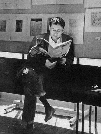 گی دوبور( ۱۹۹۴-۱۹۳۱/ Guy Debord ) فیلسوف و فیلمسازفرانسوی اثر گذار دههی ۶۰ که در گامهای نخستین خود برای پایه ریزی یک انقلاب فرهنگی ریشه دار علیه جامعهی نمایشی که نظام کاپیتالیستی و شیء وارگی را زیر سؤال میبرد،