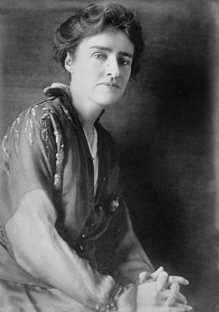 همان طور که از نوشتههای Jean Webster پیداست او نویسندهای ساده انگار و روان نویس بود که عقاید سیاسی و اجتماعی خود را از پی رنگ داستان هایش به هیچ عنوان دور نگاه نمیداشت.