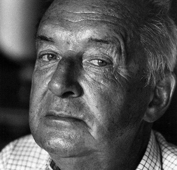 ولادیمیر ولادیمیرویچ ناباکوف متولد ۲۳ آوریل ۱۸۹۹ در سن پترزبورگ است که در تاریخ ۲ جولای ۱۹۷۷ در مونترو سوئیس درگذشت. او نویسنده رمان، داستان کوتاه، مترجم و منتقد روسی آمریکایی است. او تا زمان مرگش ۱۸ رمان، ۸ مجموعه داستان کوتاه، ۷ کتاب شعر و ۹ نمایشنامه منتشر کرد.